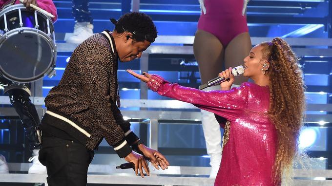 [VIDÉOS] Un individu saute sur scène et pourchasse Beyoncé et Jay-Z