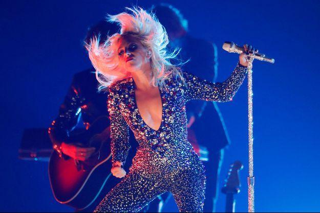 Lady Gaga fait une mauvaise chute en plein concert pendant une danse endiablée avec un fan