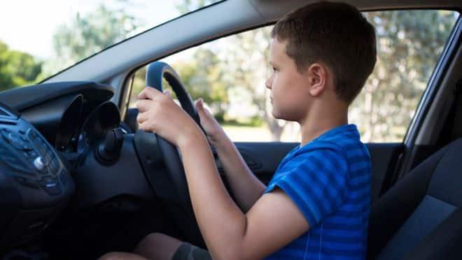 garçon_qui_conduit_une_voiture