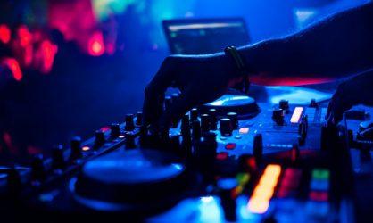 Ce DJ sait mettre le feu !