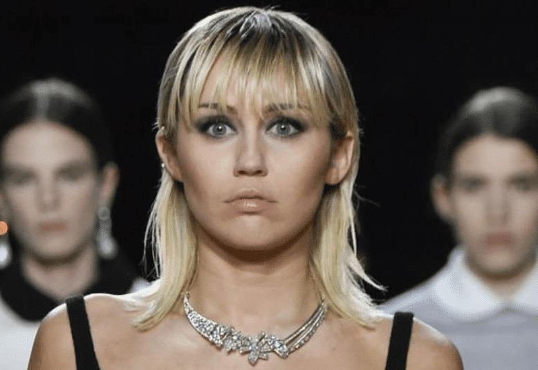 Miley Cyrus laisse s'échapper un sein lors du défilé Marc Jacobs