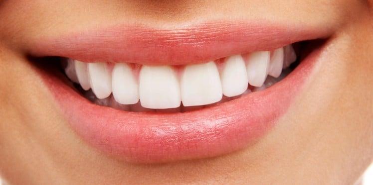 Cette recette afin de vous débarrasser de la plaque dentaire et blanchir vos dents à la maison