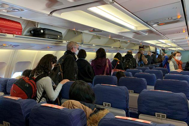 Ne voulant pas se faire dépister, une femme tousse sur une hôtesse de l'air et crée la panique dans l'avion
