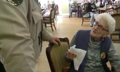 Cette centenaire se fait arrêter par la police le jour de son anniversaire, et la raison vous surprendra