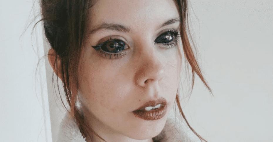 Cette jeune femme n'aurait jamais dû se faire des tatouages dans les yeux