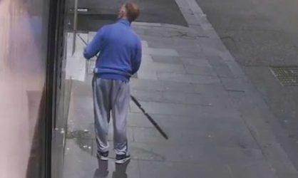 Un voleur fait preuve d'une grande ingéniosité pour voler des colliers en vitrine