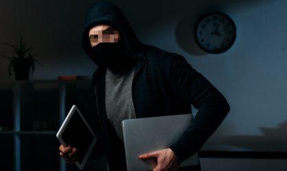 Face à face avec un voleur, un homme découvre qu'il fait partie de sa famille