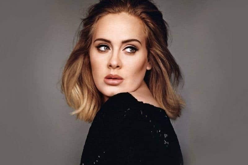 Adele : très amincie, elle montre sa nouvelle silhouette dans l'une de ses anciennes robes