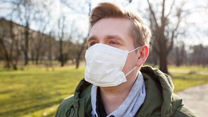 Coronavirus : masque sur le menton, le poser sur une table... 7 erreurs à strictement éviter