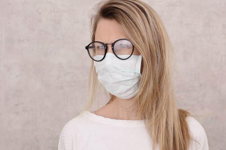 Covid-19 : un chirurgien annonce avoir trouvé l'astuce pour éviter la buée sur les lunettes
